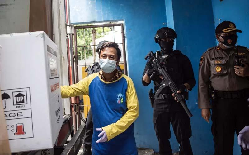 Pengawalan Ketat Vaksin Covid-19 produksi Sinovac tiba di Surabaya, Jawa Timur, dengan pengawalan ketat aparat Kepolisian, Senin (4/1).
