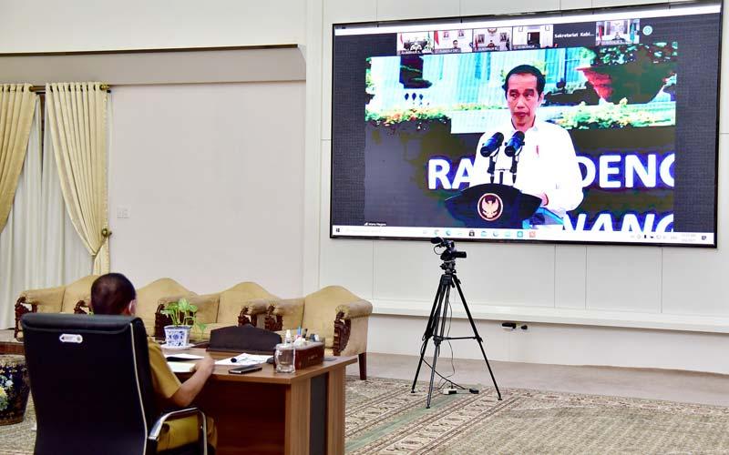 RAPAT: Gubernur Sumut Edy Rahmayadi mengikuti rapat penanganan Covid-19 dengan Presiden Republik Indonesia Joko Widodo secara virtual di Rumah Dinas Gubernur, Jalan Jenderal Sudirman, Medan, Rabu (6/1).